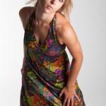 Junge Frau in einem bunten Kleid