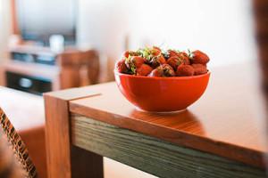 Erdbeeren auf Küchentisch